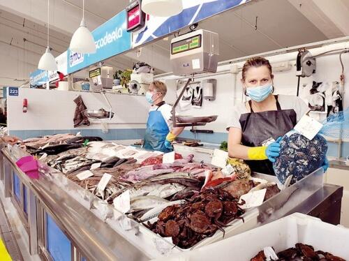 Marcos y Charo, pescadería Rías Baixas, en el Mercado As Conchiñas
